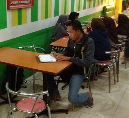 Saya-sedang-riset-di-cafe
