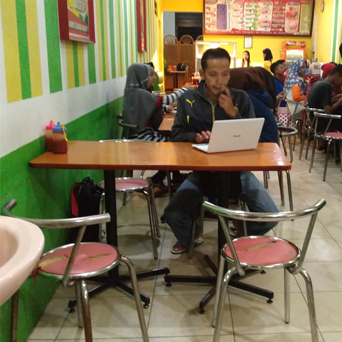 Saya-sedang-riset-di-cafe-2