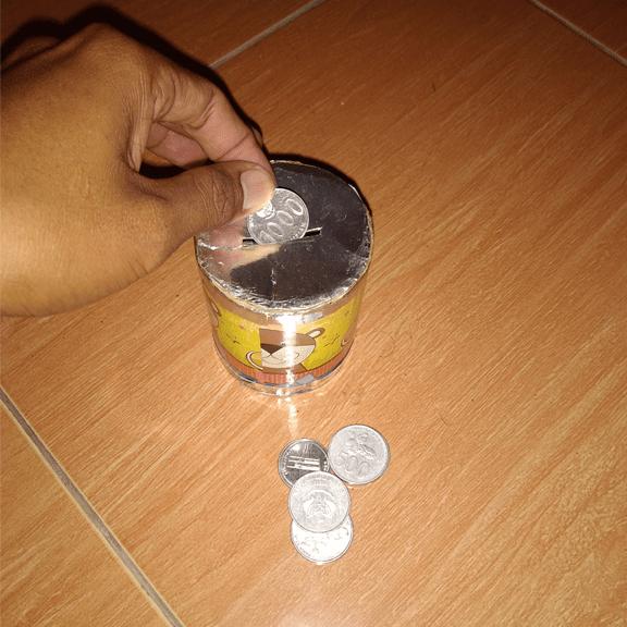 Menabung dengan celengan kaleng, salah satu cara cerdas mengelola keuangan. Sumber : dokpri